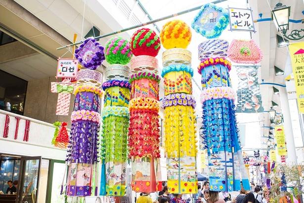 中心部商店街が趣向を凝らした色鮮やかな七夕飾りで彩られる