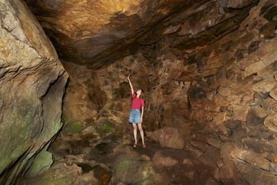【写真を見る】永野の風穴 / 積まれた石がむき出しになっている洞窟内部