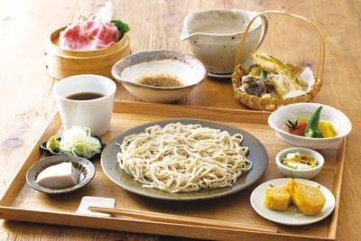 【写真を見る】蕎麦カフェ KAZARU / 「石臼挽き手打ち蕎麦」(1700円)。熊本・波野産のそば粉、枕崎の一本釣りガツオ、杉樽2年熟成醤油など素材にもこだわる