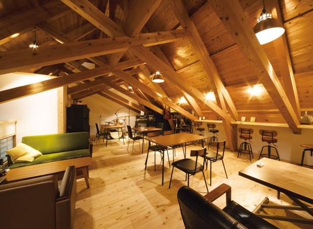 田舎想菜 樂や / 1階はショップと座敷、2階はテーブル席。素泊まり(1人3800円)もできる