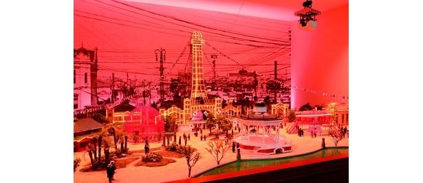 100年前の大阪の街を模した巨大なジオラマ。朝の風景から夜の風景にかけて照明が変わる