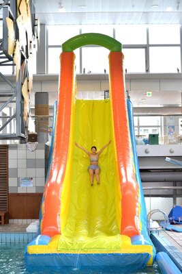 【写真を見る】大好評の全長約10mのビッグエアスライダー(有料)