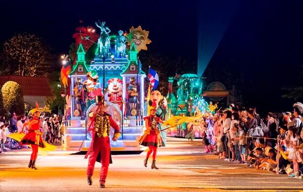 """煌びやかなナイトパレード「エスパーニャカーニバル""""アデランテ""""」は昼間とは違った雰囲気で楽しめる"""