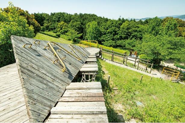 スライダー終点から上まで続くアスレチック「アスレチック階段」 / 大野城いこいの森中央公園