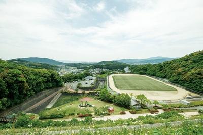 のびのびと走り回れるグラウンド / 太宰府梅林アスレチックスポーツ公園