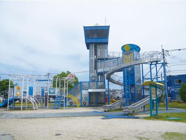 メインは飛行機や空港をモチーフとした複合遊具 / 仲畑中央公園