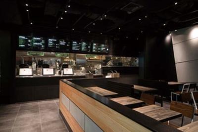 現代的なデザインにヒノキなどの素材が組み合わされたリラックスできる空間/Shake Shack 茶屋町店