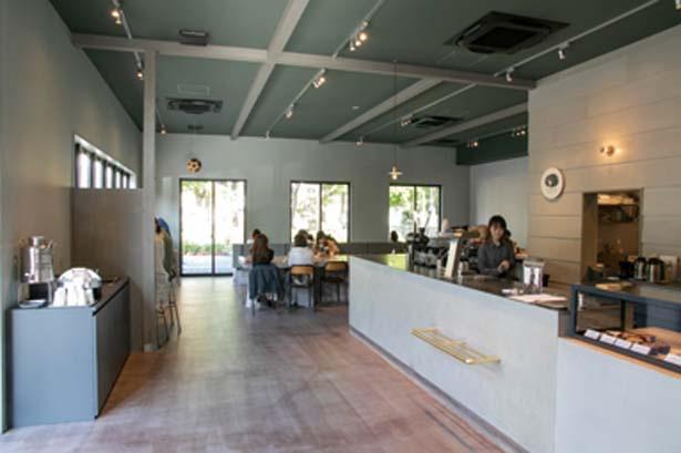 シンプルで洗練された店内。カウンターから大テーブルまであり多様に対応/YARD Coffee&Craft Chocolate