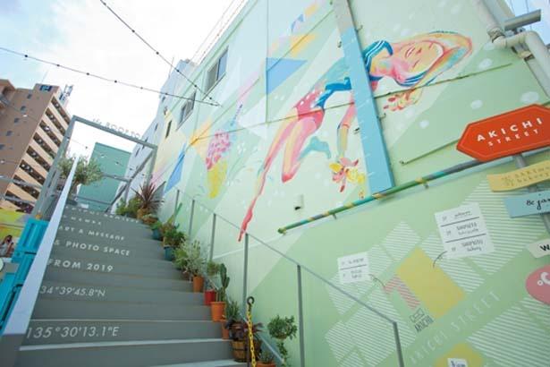 1階のウォールアートでアイスと共に記念撮影を/ディグラボ ソフトクリーム