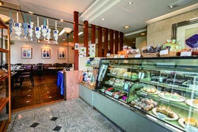 喫茶スペースでは自慢のケーキやデザートのほか、ランチ(11時30分~13時30分)も味わえる/BRUN BRUN