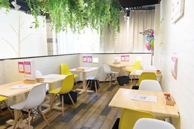 開放的な空間。注文を受けてから生地から作るこだわりのパンケーキも好評だ/天使のかき氷 ベベ Kobe