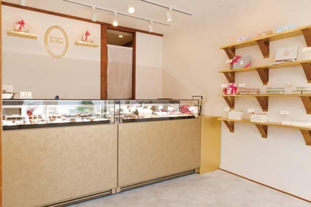 【写真を見る】1階にはテイクアウト用のショコラがズラリ。飾られている持ち帰り用の箱や紙袋もかわいい!/Madame Delluc 京都祇園店