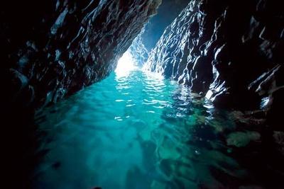 【写真を見る】神秘的な洞窟内部。波のうねりと共に光線が揺らぎ、さまざまな表情を見せてくれる/青の洞窟
