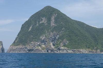 日本海の名勝の一つ、犬ヶ岬。この岩山の下に青の洞窟がある/青の洞窟