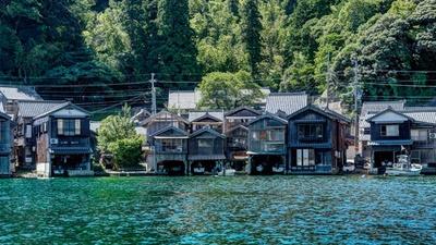 深く澄んだ碧緑の海に舟屋がずらりと立ち並ぶ/伊根の舟屋
