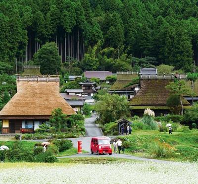 山里の中にかやぶき屋根の民家が並ぶ/かやぶきの里