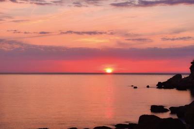 ビーチでは、太陽が水平線に近付いていくにつれて、海面への日の照り返しが鏡のようになる自然現象「日鏡(ひかがみ)」を見ることができる/夕日ヶ浦