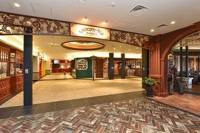 4階の「チョコトピアマーケット」には、お菓子作りの体験コーナーのほか、カフェなども併設している