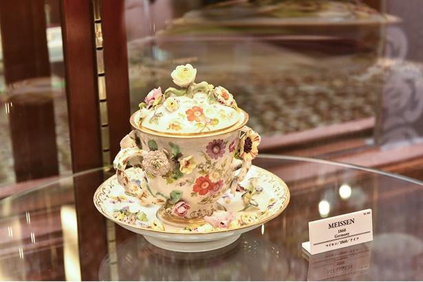 コレクションの目玉、1860年に作られたというマイセンのチョコレートカップ「花づくし」。皿やカップに花の模様をあしらった華やかな装いで、お値段は推定数百万円なのだとか