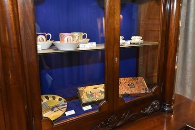 チョコレートカップやチョコレートを包んだ箱など、貴重な品がズラリ。アンティーク好きにはたまらない!