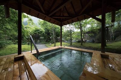 ひぜんや吉祥の湯 / 5種類の湯船が点在する庭園露天で、全浴槽が加水・加温なしの源泉かけ流し。バスタオルとフェイスタオル付き