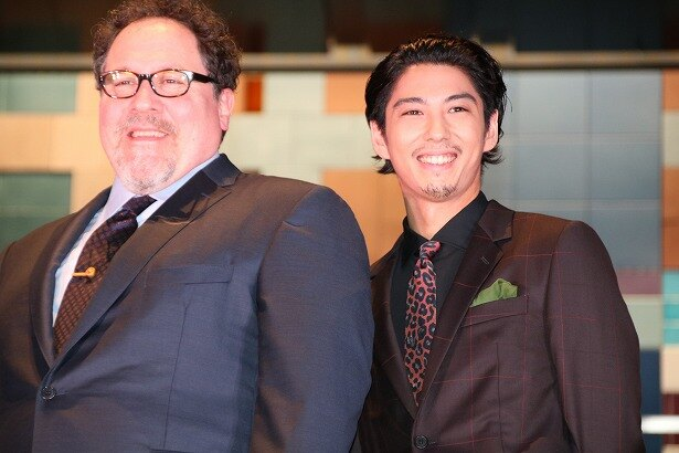 『ライオン・キング』のジョン・ファヴロー監督と本作の声優を務めた賀来賢人