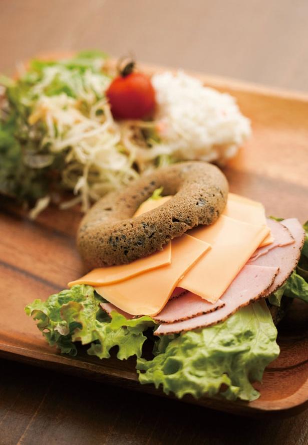 鳥飼カフェ / オープンサンドプレート(580円)。写真のパストラミチーズのほか、ハムエッグ、マスタードチキンがある