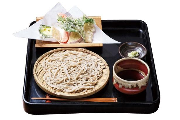 【写真を見る】平尾台そば処 えん / おすすめは天ぷらそば(1300円)。野菜を中心に、旬の食材を使用した天ぷらが6、7品付く