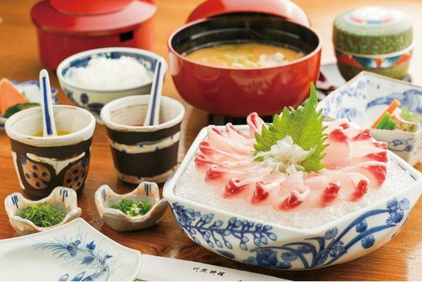 【写真を見る】龍泉荘 / 鯉の洗い定食(2613円)。茶碗蒸しや漬物、コイこく付き。洗いは2種の酢味噌で味わおう