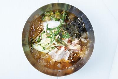 カフェ&レストラン パラム / 韓国冷麺(800円)。ビビン冷麺(800円)も好評