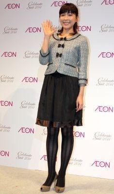 【写真】スタイル抜群! スーツを着こなす麻生久美子