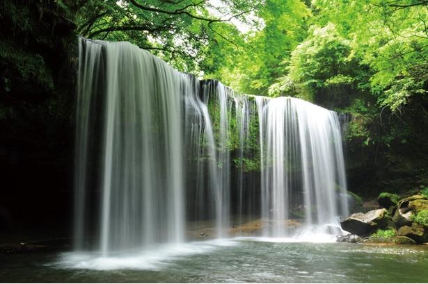 【写真を見る】鍋ヶ滝公園 / 約9万年前の巨大噴火でできたとされる自然の造形美