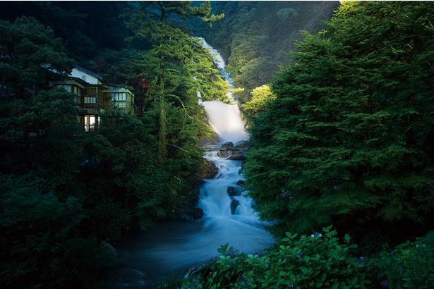 見帰りの滝 / 夜間のライトアップで違う表情の滝を見るのも一興だ
