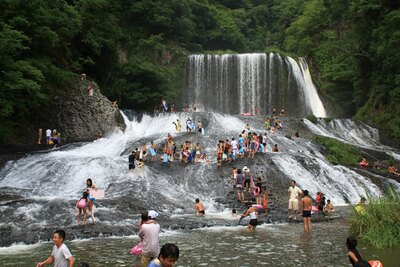 龍門の滝 / 滝の下に浅瀬があるので、小さな子供も水遊びができる