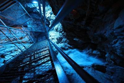 白滝鍾乳洞 / 洞内は奥行き15m。料金ボックスに硬貨を入れると、照明が次々に変わる