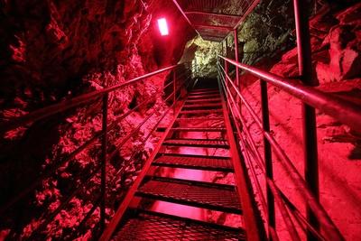 【写真を見る】白滝鍾乳洞 / 足元には大量に湧き出す地下水が流れる