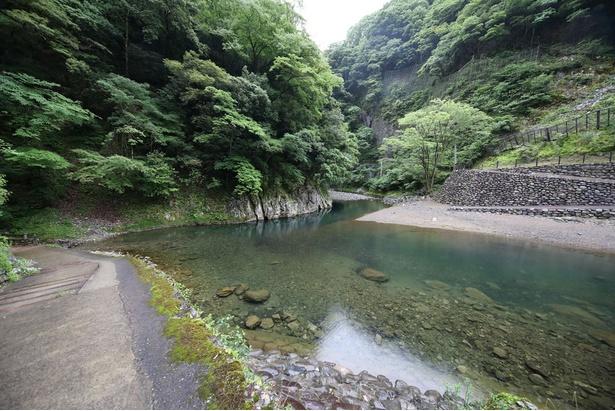 白滝鍾乳洞 / 公園内には清流が流れ、夏には涼を求めて多くの観光客でにぎわう