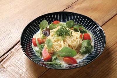 CAFÉみなもと / 豆乳の冷製スープパスタ(900円)。豆乳の香りを生かすよう和風仕立てのスープに。旬野菜もたっぷり
