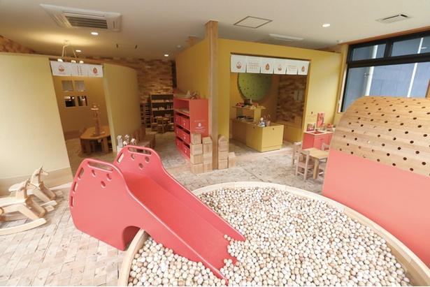 ヒストリアテラス五木谷 / 「いつきむらこどもかん」には、プールや滑り台、隠れ家的な小部屋やおもちゃなど、安心して子供(おもに未就学児対象)が遊べる遊具が豊富