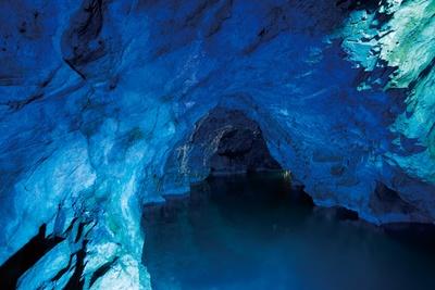 【写真を見る】稲積水中鍾乳洞 / 透明な水底に見える鍾乳石は別世界の風景。新生洞と水中洞を合わせて33か所の見どころがあり、所要時間はトータル30分程度
