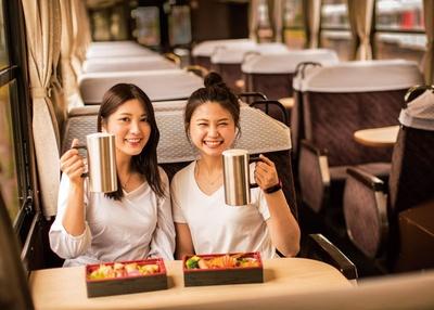 松浦鉄道 伊万里駅 / 4人用のボックス席。列車の滞在時間は約110分
