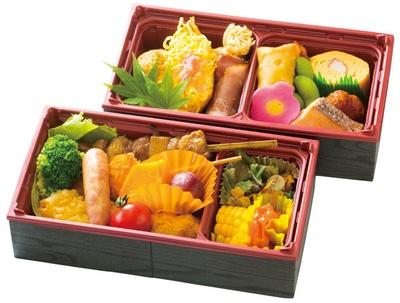 【写真を見る】松浦鉄道 伊万里駅 / 2段重ねのボックス弁当付き。串や揚げ物をはじめ、ビールに合うおかずがたっぷり入る(写真の弁当の内容はすべてイメージ)