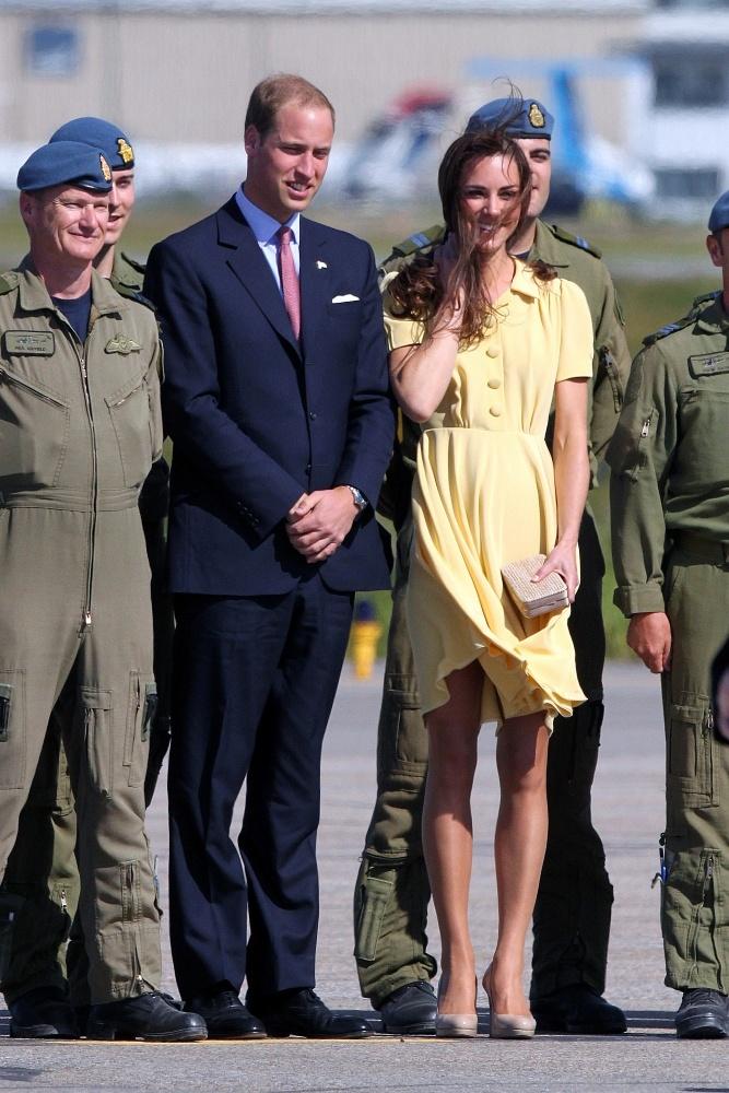 マリリン・モンローのように風で舞い上がってしまったスカート