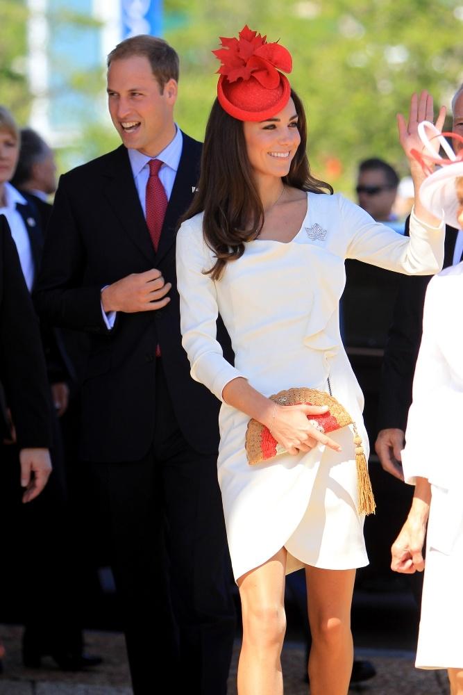 美脚とスタイルのよさが際立つタイトなドレスを着こなす