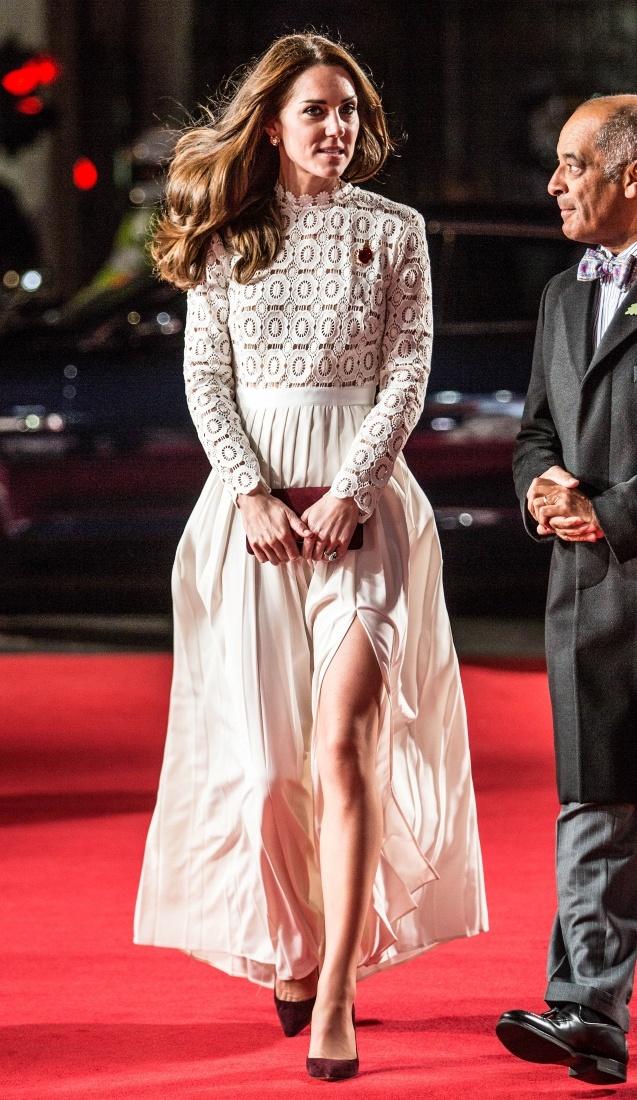 美脚が大胆にチラ見えするイブニングドレス姿
