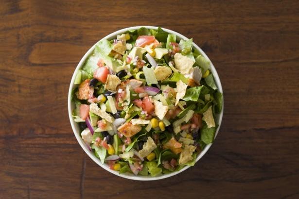 【写真を見る】アボカドやトマト、 ロメインレタスなど全6種類の新鮮な野菜を使用。手作りのサルサビネグレットドレッシングがよく合う!ボウル「Mexican」