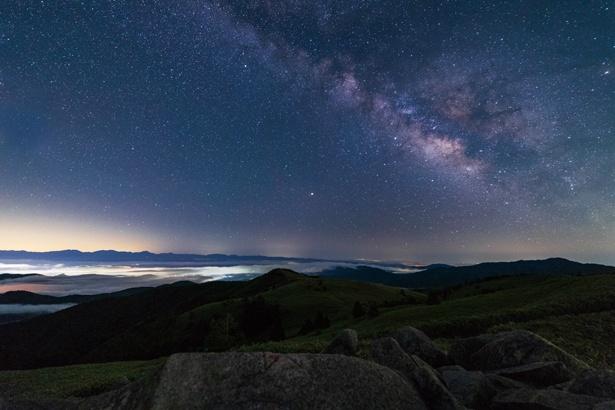 【写真を見る】無数の星が輝く、神秘的な雰囲気 /「ヘブンスそのはら」(長野県阿智村)