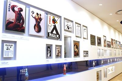 カルピスの歴代ポスターやパッケージが時系列順に展示されている