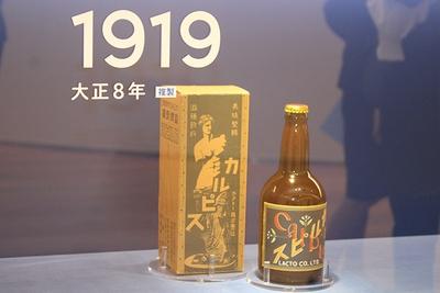 【写真を見る】100年前のカルピス初代パッケージのレプリカも展示!