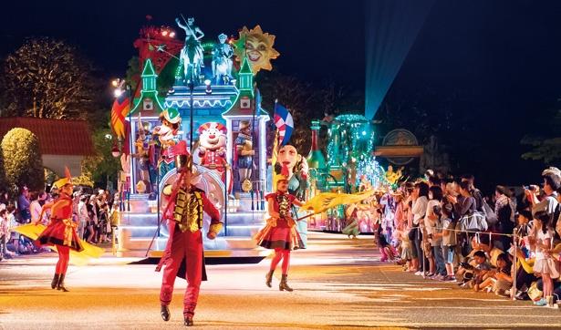 エンターテイナーと一緒に踊れるナイトパレードは、にぎやかな雰囲気に包まれる/「志摩スペイン村」